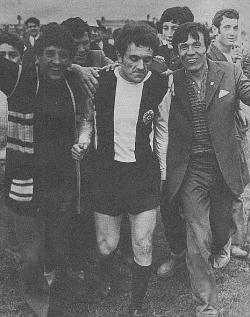 Igrač Partizana Svemir Đorđić, okružen oduševljenim pristalicama beogradskog kluba, napušta teren stadiona u Crvenki