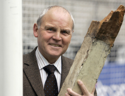 Herbert Laumen sa stativom koju je polomio (FOTO: picture alliance)