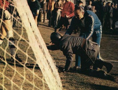Sjajni igrač Hajduka Ivan Pavlica bio je poznat i po razornom šutu. Njegovu snagu na jednoj utakmici osetio je i pripadnik policije, pa mu je u pomoć pritekao i trener Splićana Slavko Luštica