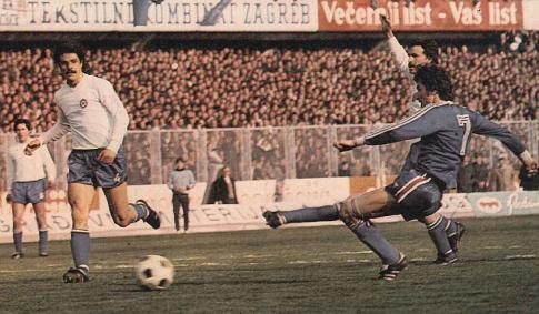 Mario Bonić (plavi dres), strelac jedinog pogotka za Dinamo, u belim dresovima su (sleva) Frfa Mužinić, Luka Peruzović i  Mario Boljat