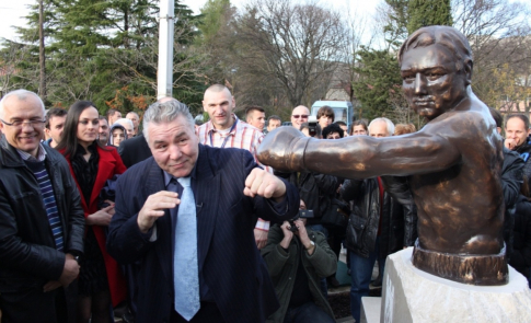 Džordž Čuvalo u Ljubuškom pored svog spomenika. Sasvim levo je Mijo Perunović, a iza Čuvala je Željko Mavrović