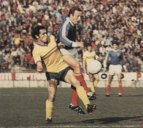 Staja Nikolić (plavi dres, Jugoslavija) u duelu sa Rumunom Zoltanom Krišanom na utakmici u Bukureštu