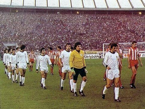 "Crvena zvezda - Partizan 1:3: Igrači obe ekipe izlaze na zeleni tepih pred prepunim tribinama beogradske ""Marakane"""