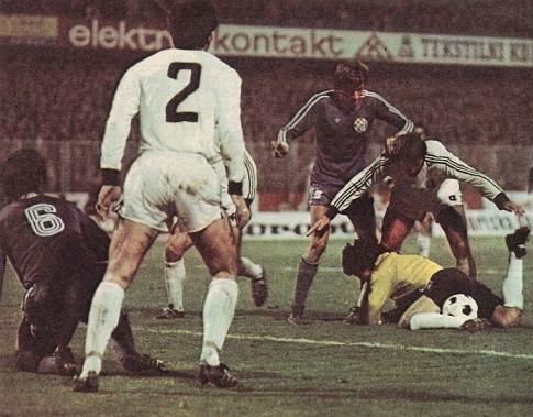 Jedna od gužvi pred golom Petra-Pere Borote na utakmici Dinamo - Partizan 0:2