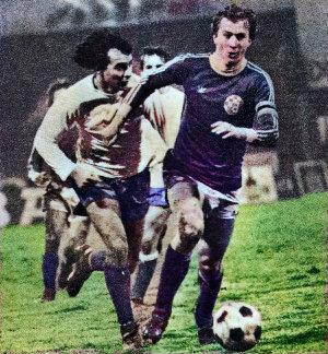 Dinamo - Hajduk 0:0: Velimir Zajec (plavi dres, Dinamo) odnosi loptu ispred Slaviše Žungula