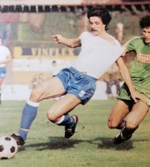 Olimpija - Hajduk 2:0: Luka Peruzović (beli dres, Hajduk) i Milan Ćalasan (Olimpija) u duelu