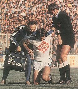 Lopta može da prođe, čovek i ne mora: Omaleni Ivica Grnja morao je zbog povrede da napusti teren u meču protiv Hajduka