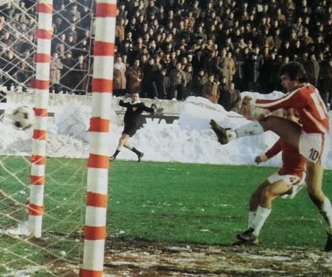 Sarajevo - Partizan 1:1: Gol Radeta Savića (Sarajevo) koji je poništen zbog ofsajda