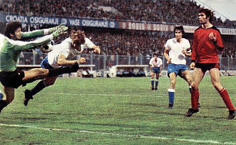 13. kolo: Hajduk - Čelik 4:2. Boranin u dresu Hajduka Boriša Đorđević u duelu sa golmanom Zeničana Dušanom Alempićem