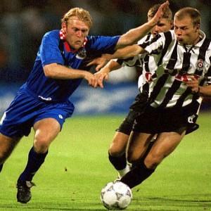 Robi Prosinečki (levo) u duelu sa Partizanom 1997. godine
