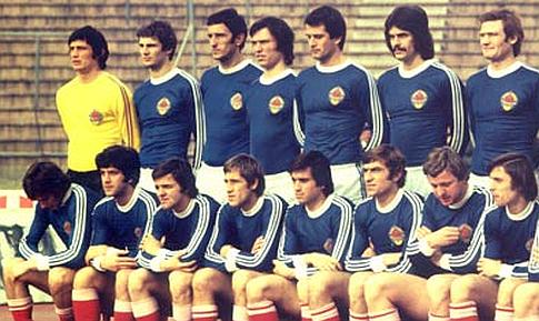 Zoran Jelikić (stoji drugi sleva) u dresu reprezentacije Jugoslavije
