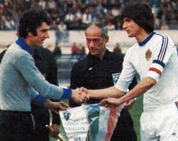 Kapiteni Italije i Jugoslavije Dino Zof i Ivica Šurjak uoči utakmice