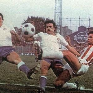 Vedran Rožić i Mario Boljat (beli dresovi, Hajduk) u pokušaju da zaustave golgetera Zvezde Dušana-Duuuuleta Savića