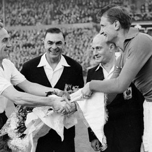 Kapiteni Engleske i Jugoslavije Bili Rajt i Ivica Horvat uoči utakmice odigrane 28. novembra 1956. godine. Bilo je 3:0 za Engleze
