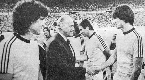 Predsednik FIFA Žoao Avelanž i Ivica Šurjak uoči meča