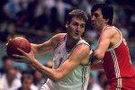 Centar košarkaške reprezentacije Jugoslavije Dino Rađa u meču protiv SSSR-a na Olimpijskim igrama u Seulu 1988. godine