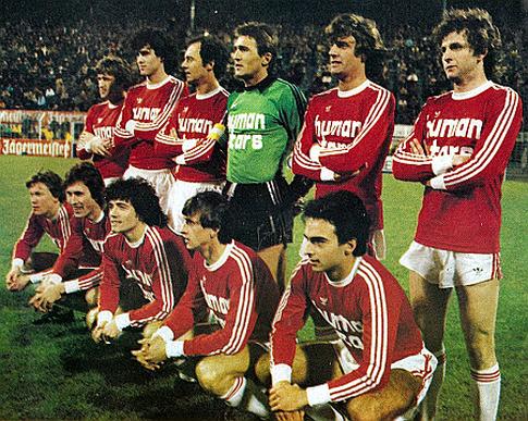 Golman Pantelić (gornji red u zelenom) i Sušić (prvi sleva u gornjem redu) pred utakmicu u Dortmundu