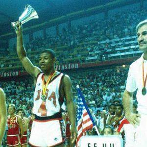Ceremonija dodele medalja, desno je Praja Dalipagić, kapiten reprezentacije Jugoslavije