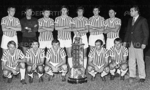 Fudbaleri Zvezde sa trofejem (FOTO: rcdeportivo.es)