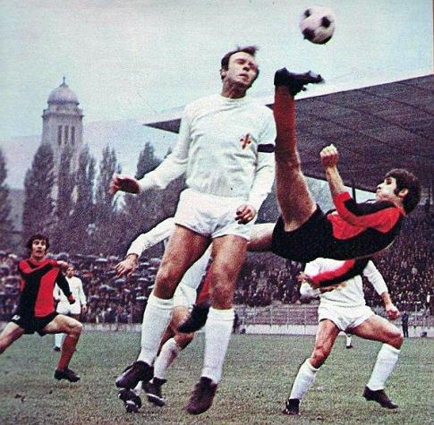 """""""Zenički Gerd Miler"""" - Mehmed Buza, """"makazicama"""" pokušava da dođe do lopte u revanš-meču protiv Fiorentine (4. oktobar 1972. godine)"""