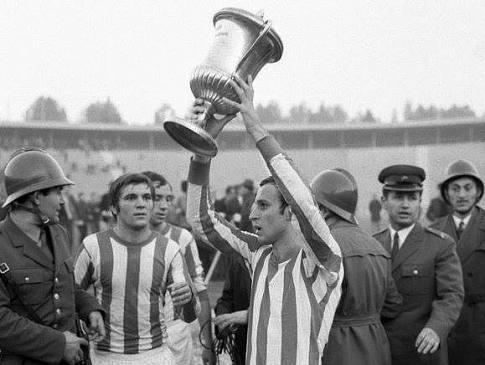 Kapiten Crvene zvezde Dragan Džajić sa peharom za osvojeni Srednjoevropski kup