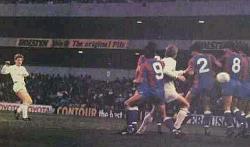 Miki Hazard iz slobodnog udarca postiže gol protiv Hajduka kojim se londonski Totenhem plasirao u finale Kupa UEFA