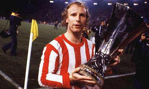 Kapiten Borusije Beri Fogts u dresu Crvene zvezde drži trofej Kupa UEFA (23. maj 1979. godine)