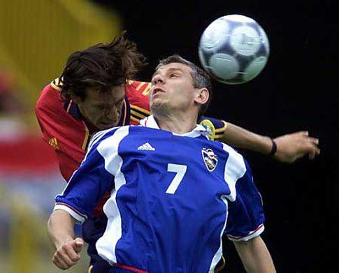 Vazdušni duel Vladimira Jugovića (plavi dres) i Alfonsa (21. jun 2000. godine: SRJ - Španija 3:4)