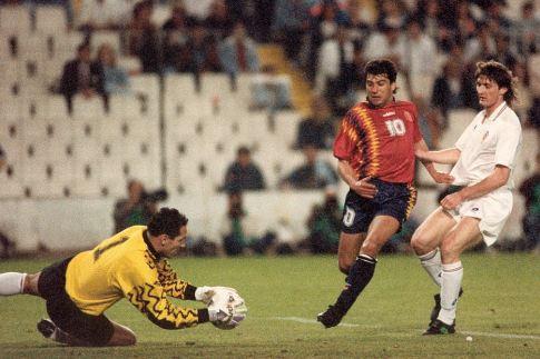 Golman Dražen Ladić interveniše ispred Hulija Salinasa, u belom dresu je Robert Jarni (23. mart 1994. godine: Španija - Hrvatska 0:2)