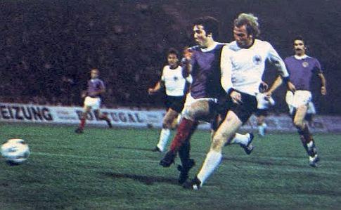 Polufinalni meč Kupa evropskih nacija Jugoslavija - SR Nemačka, 17. jun 1976. godine:  Frfa Mužinić (plavi dres) i Uli Henes