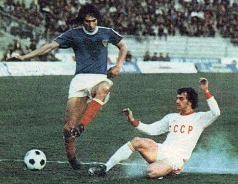 Jugoslavija - SSSR 2:4, 23. mart 1977. godine:  Ivica Šurjak (plavi dres) u pokušaju kontrole lopte
