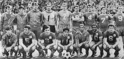 Ouklend Klipersi iz 1967. godine. Sa brojem jedan na dresu je Mirko Stojanović, šesti sleva stoji sa prekrštenim rukama Ilija Mitić, Milan Čop čuči drugi sleva sa brojem pet na dresu, do njega je Momo Gavrić ...