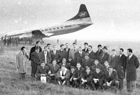 Ekspedicija Vojvodine ispred aviona nakon incidenta (FOTO: dnevnik.rs)