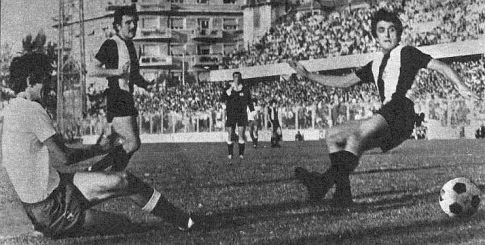 Gol odluke: Ivica Šurjak (levo, Hajduk) pogađa mrežu Partizana, Radomir Antić (prugasti dres) je daleko od lopte