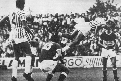 Cole Janković (prugasti dres, Crvena zvezda) u akrobatskom skoku prilikom pokušaja da ugrozi gol OFK Beograda