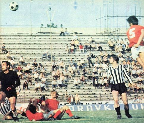 Partizan - Radnički (Kragujevac) 3:0:  Golman Kragujevčana Vladimir Vučković (crni dres) pita se gde je lopta ...