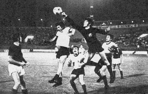 Golman Željko Stinčić (Dinamo) boksuje loptu pored Moce Vukotića (Partizan)