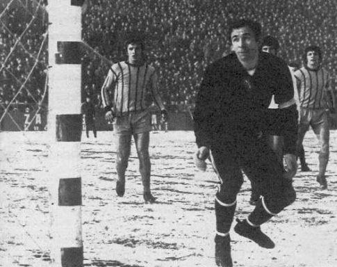 Golman Partizana Ivan Ćurković nemoćno prati let lopte u gol nakon sjajnog skoka i udarca glavom Edina Spreče