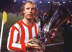 Berti Fogts sa peharom Kupa UEFA 1979. godine