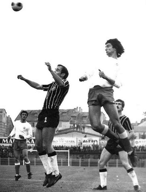 Hajduk - Partizan 3:2: Vazdušni duel Miloša Radakovića (levo, Partizan) i Ivice Šurjaka