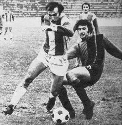Detalj sa utakmice Crvena zvezda - Sloboda 3:1: Duel Dragana Džajića i Jusufa Hatunića