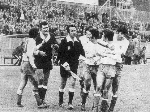 Dinamo - Hajduk 1:0: Igrači Hajduka smiruju svog kapitena Dragana Holcera, koji je temperamentno reagovao na jednu odluku sarajevskog arbitra Jusufbegovića