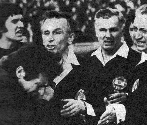 OFK Beograd - Partizan 1:0: Temperamentni Vasović (levo) prigovara sudiji Mladenoviću (treći zdesna)