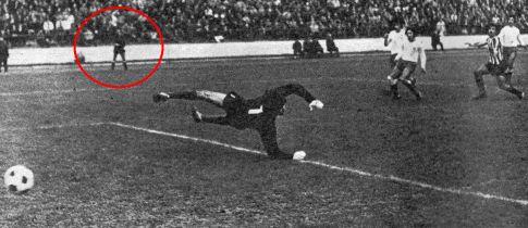 Trenutak odluke: Cvetković (prugasti dres) postiže pobedonosni pogodak za Partizan, linijski sudija Jusufbegović (u crvenom krugu) drži visoko podignutu zastavicu