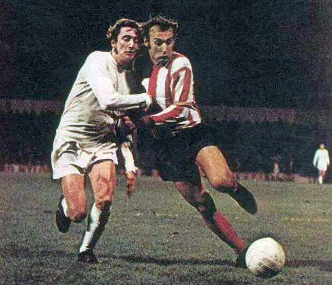 Totenhem - Zvezda 2:0: Dragan Džajić (desno) u borbi za loptu