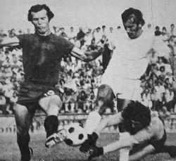Radnički (Kragujevac) - Čelik 0:1: Prva zvezda domaćeg tima Žarko Olarević (levo) pred golom gostiju