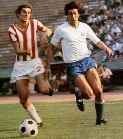 Crvena zvezda - Hajduk 1:2: Ko će pre do lopte? Zoran Jelikić (prugasti dres, Zvezda) ili Ivica Šurjak?