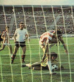 Crvena zvezda - Sloboda 3:0: Dušan Savić (prugasti dres, Zvezda) i golman Slobode Ranko Cakić u borbi za loptu