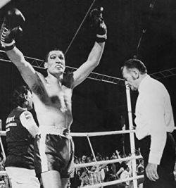 Mate slavi, desno je ringovni sudija Džejms Brimel