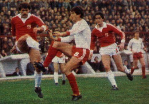 Napredak - Crvena zvezda 2:2: Zoran Filipović (beli dres, Zvezda) nije uspeo da se upiše u strelce, a nije da nije imao prilike